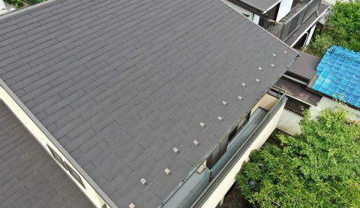 屋根の板金がおかしい。瓦も割れて見えるのですが・・